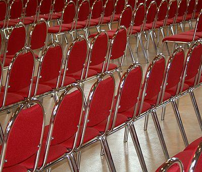Stuhlreihen im Fürstlichen Marstall