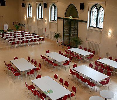 Bestuhlung mit Stühlen und Tischen im Fürstlichen Marstall